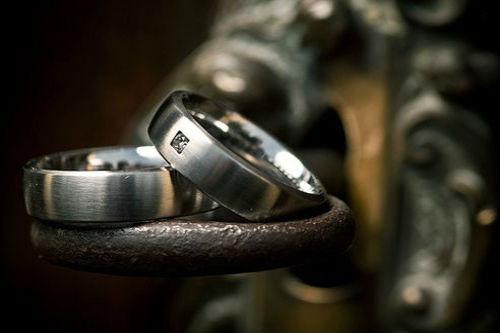 титановые кольца Использование нестандартных материалов в украшениях
