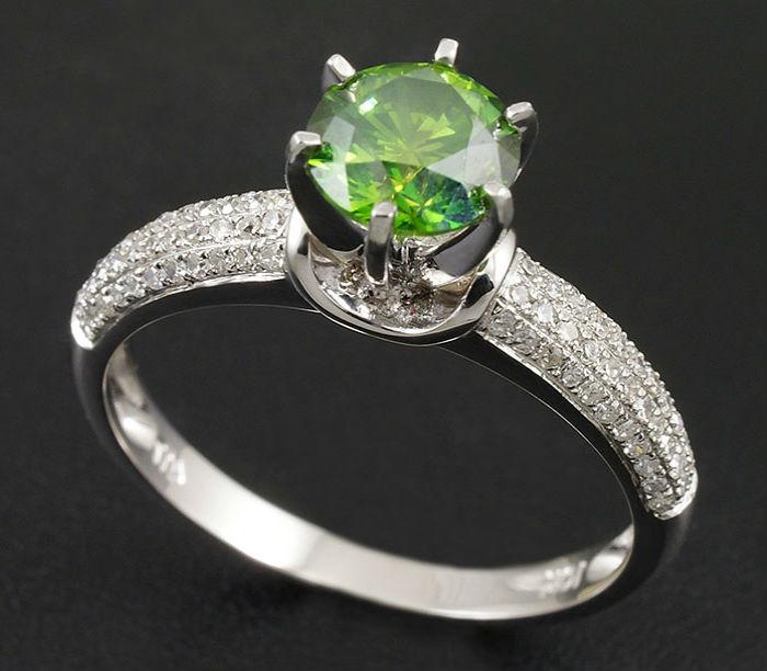 кольцо с бриллиантом зеленого цвета Зеленые бриллианты